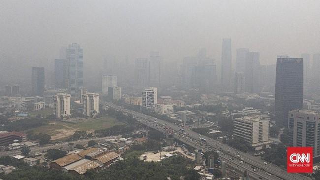 Laporan kualitas udara dunia 2018 AirVisual IQAir menyebutkan Jakarta sebagai kota terpolusi di Asia Tenggara dengan indikasi konsentrasi rata-rata tahunanparticulate matter(PM) 2,5 pada 2018 mencapai 45,3 µg/m3,sedangkan batas aman tahunan menurut WHO adalah 10 µg/m3. (CNN Indonesia/Bisma Septalisma)