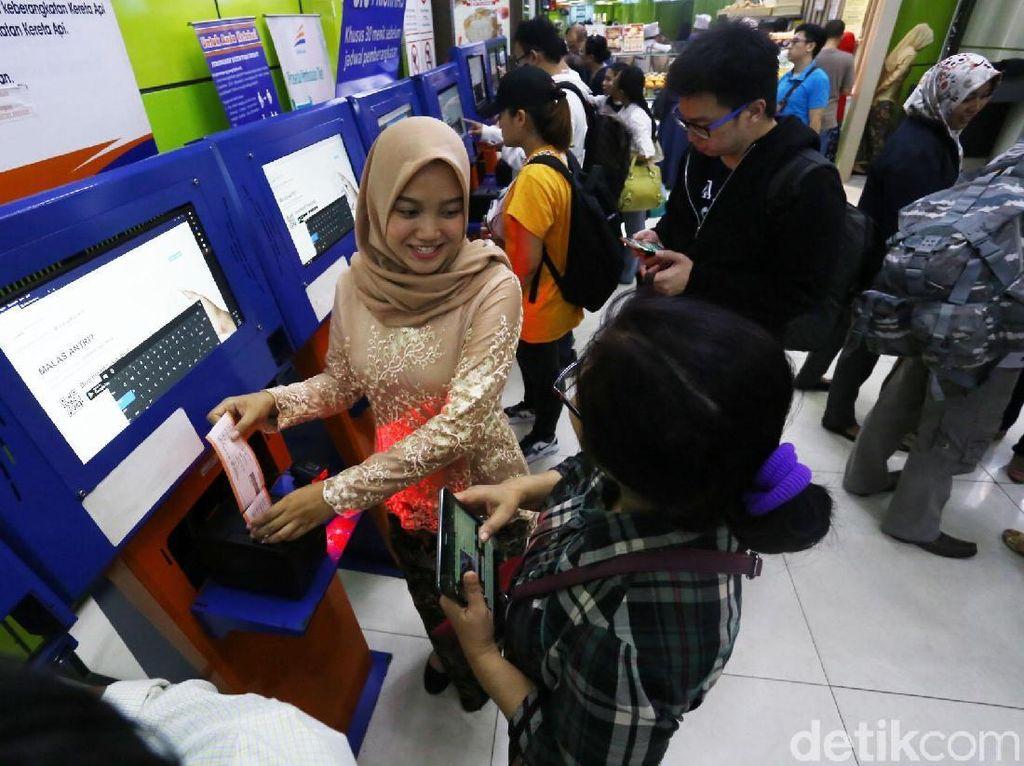 Di Hari Kartini ini petugas PT KAI melayani penumpang dengan mengenakan kebaya. Istimewa/PT KAI.