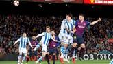 Memanfaatkan sepak pojok Ousmane Dembele, bek tengah Clement Lenglet membawa Barcelona unggul 1-0 lewat gol sundulan. Skor 1-0 bertahan hingga akhir babak pertama. (REUTERS/Albert Gea)
