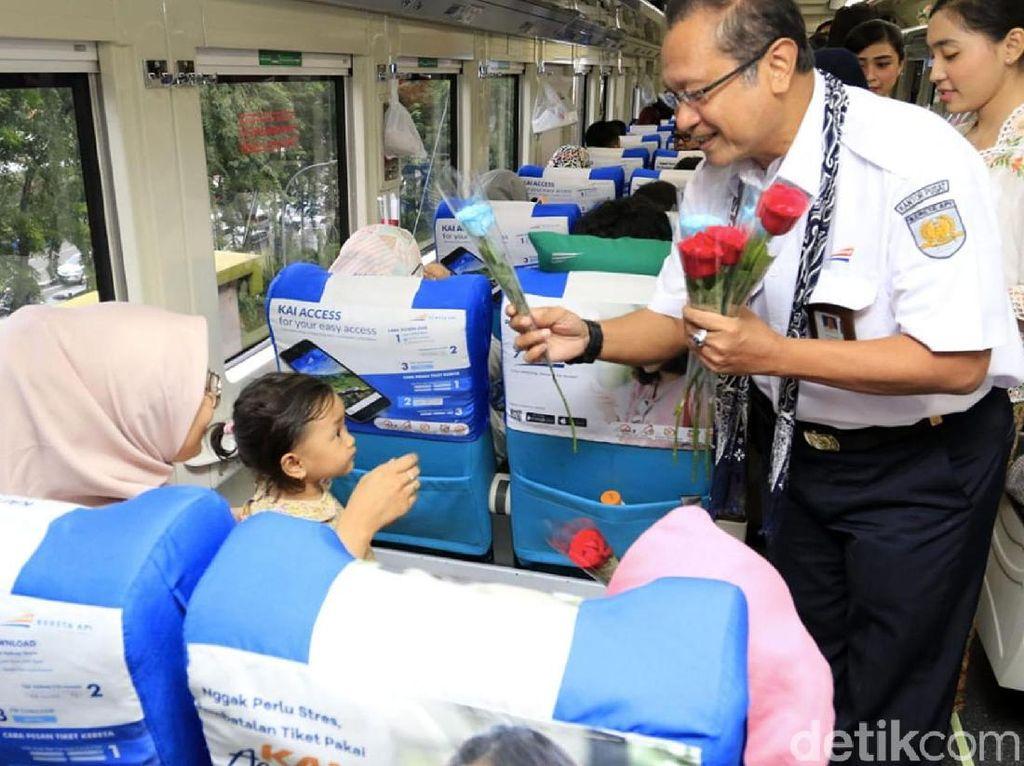Edi Sukmoro membagikan bunga kepada penumpang KA Argo Sindoro. Istimewa/PT KAI.