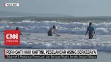VIDEO: Peringati Hari Kartini, Peselancar Asing Berkebaya