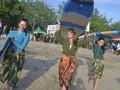Peringatan Hari Kartini di Atas Papan Selancar Kuta Bali