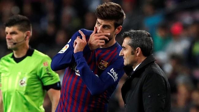 Gerard Pique berbicara dengan pelatih Barcelona Ernesto Valverde ketika tuan rumah kesulitan membongkar lini pertahanan Sociedad. (REUTERS/Albert Gea)