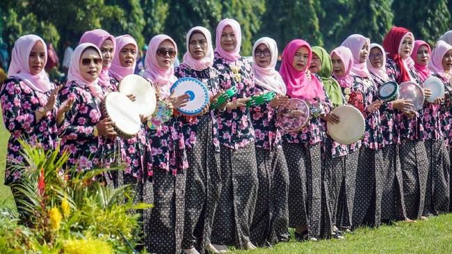 Sejumlah warga wanita menggunakan kebaya memainkan rebana saat peringatan Hari Kartini ke-140sekaligus pemecahan MURI di Pekalongan, Jawa Tengah, Minggu (21/4).(ANTARA FOTO/Harviyan Perdana Putra/hp)