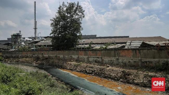 Tidak hanya berasal dari sampah plastik, polusi yang berasal dari pembuangan limbah pabrik turut menjadi ancaman serius bagi lingkungan. (CNN Indonesia/Bisma Septalisma)