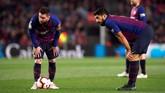 Dua bintang Barcelona Lionel Messi dan Luis Suarez bersiap mengambil tendangan bebas. Barcelona sempat kesulitan mencetak gol ke gawang Sociedad. (REUTERS/Albert Gea)