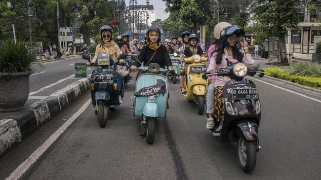 Sejumlah perempuan mengendarai skuter vespa saat mengikuti Kartini Ride 2019 di Bandung, Jawa Barat, Minggu (21/4/2019). Kegiatan tersebut dalam rangka memperingati Hari Kartini dengan mengendarai skuter vespa mengenakan kebaya. (ANTARA FOTO/Novrian Arbi/hp)