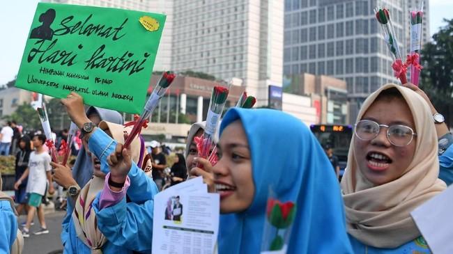 Hari Kartini yang dirayakan setiap tanggal 21 April setiap tahunnya. Di hari tersebut, para perempuan Indonesia merayakan hari kebangkitan emansipasi perempuan.(ANTARA FOTO/Wahyu Putro A/hp).