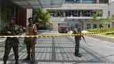 Pemerintah Sri Lanka pun langsung bertindak seiring dengan evakuasi korban dari seluruh lokasi kejadian. Pihak keamanan langsung mengerahkan petugas untuk sterilisasi lokasi. (Photo by ISHARA S. KODIKARA / AFP)
