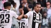 Bek Juventus Alex Sandro berhasil menyamakan skor 1-1 pada menit ke-37 memanfaatkan umpan dari Miralem Pjanic. (Marco Bertorello / AFP)
