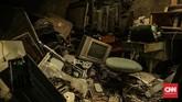 Limbah elektronik juga perlu diwaspadai karena mengandung banyak material beracun dan berbahaya bagi lingkungan, seperti logam berat (merkuri, timbal, kromium, kadmium, arsenik, perak, kobalt, palladium, tembaga dan lainnya). (CNN Indonesia/Bisma Septalisma)
