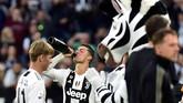 Cristiano Ronaldo melampiaskan kelegaannya usai Juventus memastikan juara Liga Italia 2018/2019. Ia mencetak sejarah jadi pemain pertama meraih gelar juara di tiga dari lima liga top Eropa. (REUTERS/Massimo Pinca)