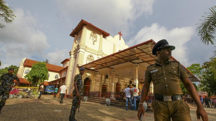 Prajurit tentara Sri Lanka mengamankan daerah di sekitar Gereja St Sebastian yang rusak dalam ledakan di Negombo, utara Kolombo, Sri Lanka, Minggu, 21 April 2019. Lebih dari seratus tewas dan ratusan lainnya dirawat di rumah sakit dengan luka-luka dari delapan ledakan yang mengguncang gereja dan Hotel di dan di luar ibukota Sri Lanka pada Minggu Paskah, kata para pejabat, kekerasan terburuk yang melanda negara Asia Selatan sejak perang saudara berakhir satu dekade lalu. (AP / Chamila Karunarathne)