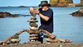 Bahkan ada praktisi rock stacking yang bisa meletakkan batu berukuran besar di atas batu-batu kecil di bawahnya.