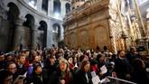 Umat Kristiani memenuhi Gereja Makam Kudus Yerusalem untuk menghadiri Misa, Minggu (21/4). (REUTERS/ Amir Cohen)