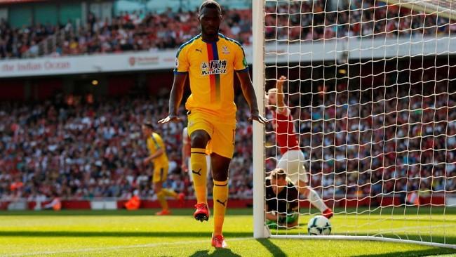 358 - Christian Benteke mengakhiri puasa gol selama 358 hari dengan mencetak gol pembuka Crystal Palace ke gawang Arsenal. (Action Images via Reuters/Matthew Childs)