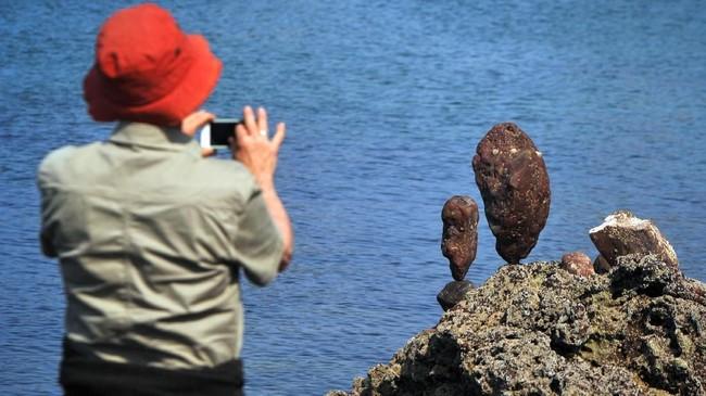 Seni menyusun batu di alam terbuka dikenal dengan Rock Balancing.