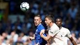 Gylfi Sigurdsson dan Nemanja Matic berduel berebut bola di lini tengah dalam laga Everton vs Manchester United. (REUTERS/Andrew Yates)
