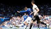 Gylfi Sigurdsson melepaskan tembakan dari luar kotak penalti yang mengarah ke sisi kanan gawang Man United. David de Gea tidak dapat menjangkau bola dan keunggulan Everton bertambah menjadi 2-0 pada menit ke-28. (REUTERS/Andrew Yates)