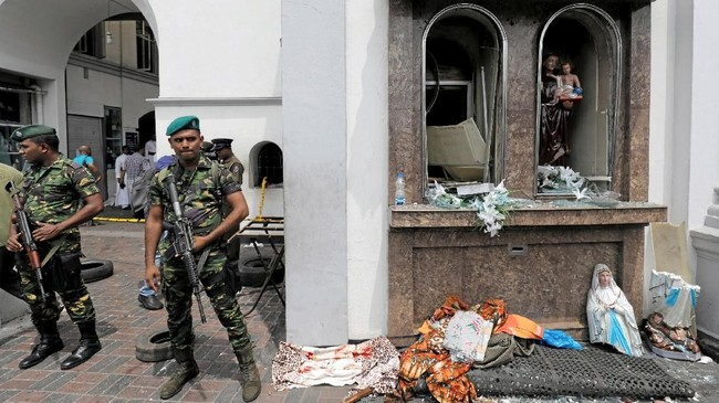 Sri Lankan military officials stand guard in front of the St. Anthony's Shrine, Kochchikade church after an explosion in Colombo, Sri Lanka April 21, 2019. REUTERS/Dinuka Liyanawatte TPX IMAGES OF THE DAY