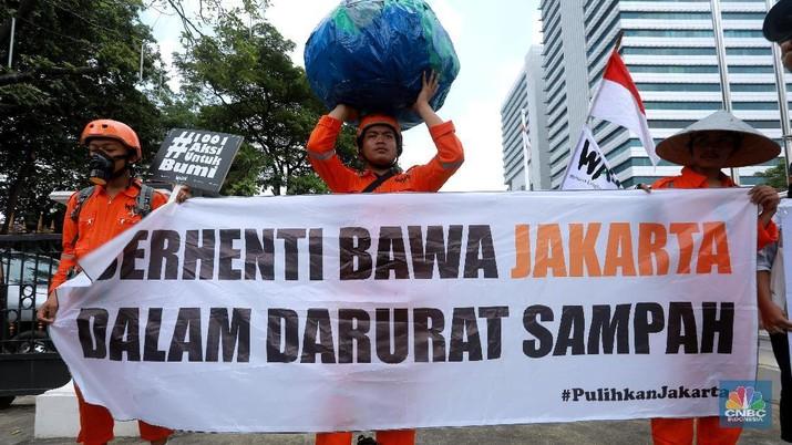 Hari Bumi, Aktivis Gelar Aksi di Depan Kantor Anies
