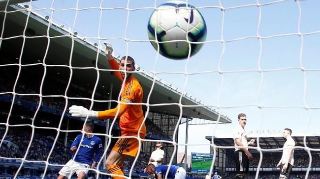 Pertandingan baru memasuki menit ke-16, gawang Manchester United bobol. Sepakan Richarlison tidak dapat diantisipasi David de Gea. (REUTERS/Andrew Yates)