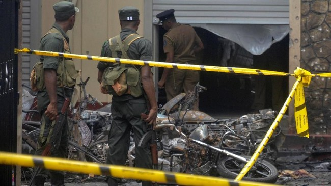 Setidaknya 290 nyawa melayang dan lebih dari 500 orang lainnya terluka akibat rangkaian serangan di delapan tempat berbeda tersebut. (Reuters/Stringer)