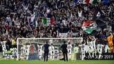 8 - Juventus menjadi klub pertama di lima liga top Eropa yang meraih delapan gelar beruntun, mematahkan catatan Olympique Lyon yang meraih tujuh gelar beruntun. Secara keseluruhan Juventus meraih 35 gelar di Italia. (REUTERS/Massimo Pinca)