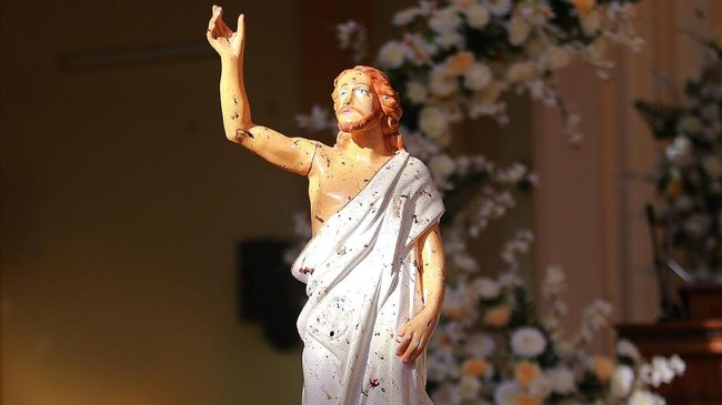 Sekitar lima menit kemudian, ledakan kembali mengguncang Gereja Katolik Zion Roman di Batticaloa. (Reuters/Stringer)