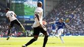Sepakan jarak jauh kembali membobol gawang Man United. Pada menit ke-56, Lucas Digne menembak bola liar yang sebelumnya ditinju De Gea. (Action Images via Reuters/Jason Cairnduff)
