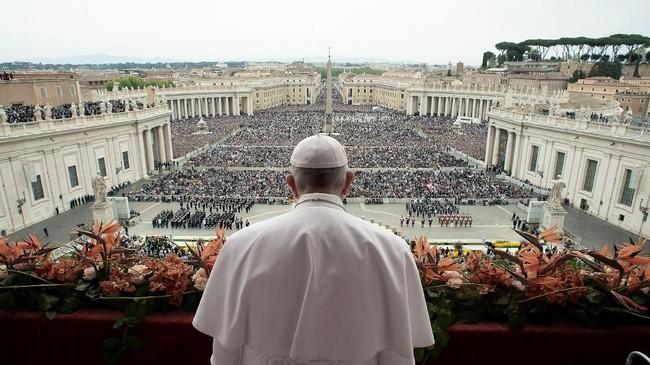 Paus Fransiskus membacakan pesan