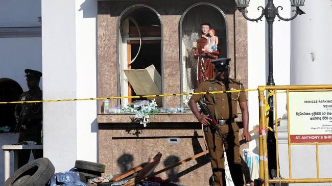 Beberapa jam kemudian, tepatnya pukul 13.45, ledakan menghatnam hotel New Tropical Inn yang terletak di dekat Kebun Binatang Nasional. (Reuters/Dinuka Liyanawatte)