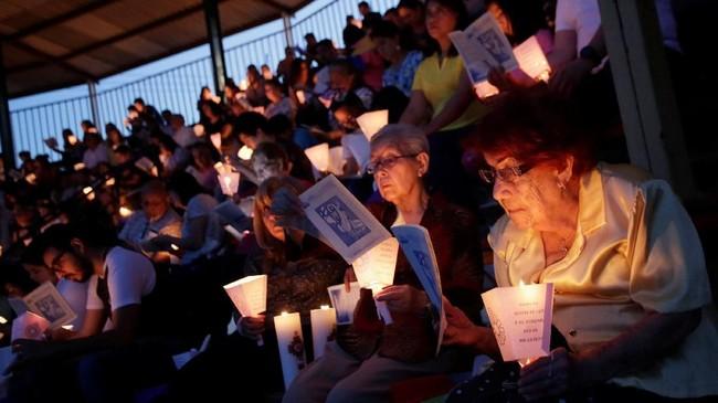Umat Katholik di Meksiko menghadiri perayaan Pekan Suci di Monterey, Sabtu (20/4). (REUTERS/Daniel Becerril)