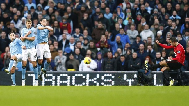 Robin van Persie memberikan kemenangan bagi 3-1 Manchester United atas Man City di menit-menit akhir lewat tendangan bebas mengagumkan di Etihad. Di musim itu juga Setan Merah menjadi juara Liga Inggris untuk ke-20 kalinya atau yang ke-13 kali untuk gelar Liga Primer Inggris.(Action Images / Jason Cairnduff Livepic)