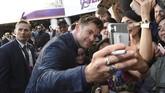 Tak lupa, pemeran Thor tersebut ikut berswafoto dengan para penggemar 'Avengers: Endgame'.(Chris Pizzello/Invision/AP)