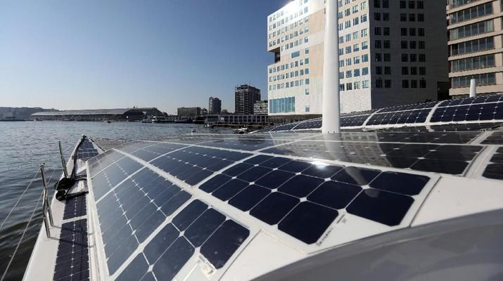 Pandangan umum dari Energy Observer, kapal bertenaga hidrogen yang berlayar dari pelabuhan Amsterdam setelah menguji perangkat baru yang memungkinkannya menghasilkan bahan bakar dari angin, di Amsterdam, Belanda, 20 April 2019. (REUTERS / Eva Plevier)