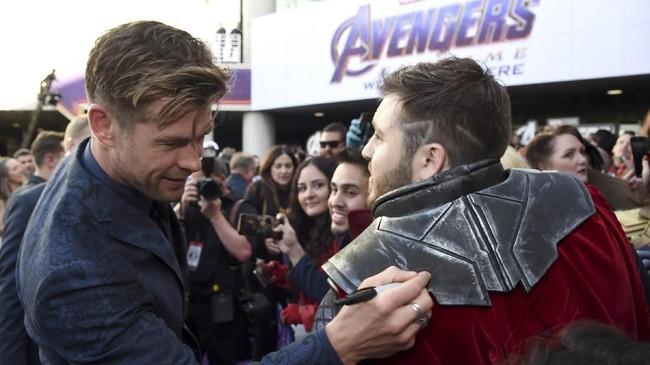 Chris Hemsworth menandatangani kostum penggemar yang bertema Thor.(Chris Pizzello/Invision/AP)