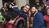 Tak ingin ketinggalan dengan Brie Larson, Chris Evans juga berfoto dengan 'kembarannya' di momen karpet merah tersebut. (Chris Pizzello/Invision/AP)