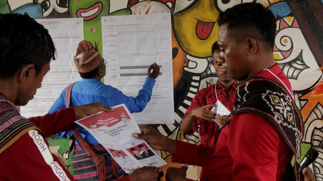 Kelompok Penyelanggara Pemungutan Suara (KPPS) melakukanpenghitungan surat suara Pilpres 2019, di TPS Desa Silawan, Belu, NTT, Rabu (17/4). Penyelenggaraan Pemilu 2019 menewaskan puluhan petugas KPPS karena diduga terlalu lelah. (ANTARA FOTO/Kornelis Kaha)
