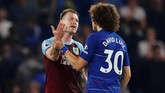 Bek Chelsea David Luizdan pemain BurnleyAshley Barnes juga terlibat adu argumen selepas pertandingan. (REUTERS/Eddie Keogh)