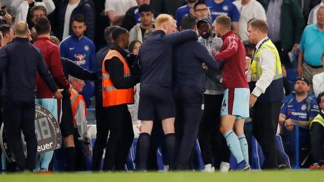 Keributan antara kedua kubu terjadi di pinggir lapangan setelah peluit panjang dibunyikan yang melibatkan staf pelatih Chelsea dan Burnley. (Reuters/Andrew Boyers)
