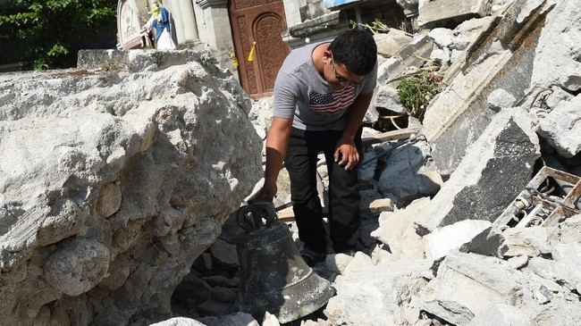 Gempa mengakibatkan transportasi udara, kereta api dan jalan terganggu, dan menyebabkan beberapa kerusakan pada bangunan dan infrastruktur. (Photo by TED ALJIBE / AFP)