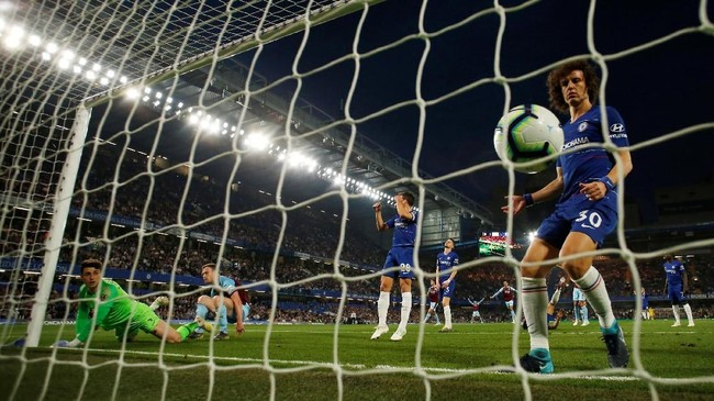 Publik Stamford Bridge terdiam setelah Ashley Barnes berhasil mencetak gol penyama kedudukan di menit ke-24sekaligus gol terakhir pada laga ini.(Reuters/Andrew Boyers)