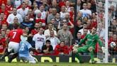 Drama Derby Manchester kembali terjadi di Old Trafford pada musim 2009/2010. Man City sempat menyamakan kedudukan menjadi 3-3 lewat gol Craig Bellamy di menit ke-90, namun Michael Owen memberikan kemenangan bagi Man United melalui golnya di menit ke-90+6. (REUTERS/Phil Noble)
