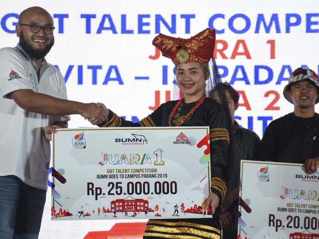 Direktur Marketing dan Supply Chain Semen Indonesia Adi Munandir menyerahkan hadiah kepada Uria Novita Institut Seni Indonesia (ISI) dalam ajang BUMN Got Talent yang digelar di Universitas Bung Hatta. Pool/Semen Indonesia.
