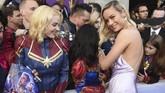 Brie Larson berpose dekat fan yang mengenakan kostum 'Captain Marvel' di acara karpet merah 'Avengers: Endgame'. Bagi Larson, 'Endgame' memiliki nilai personal. (Chris Pizzello/Invision/AP)