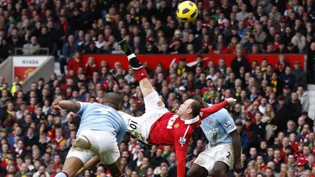Striker Wayne Rooney menjadi penentu kemenangan 2-1 Man United atas Man City di Old Trafford di musim 2010/2011. Rooney mencetak gol salto setelah menerima umpan silang Luis Nani. Gol salto Rooney itu pun dinobatkan sebagai gol terbaik Liga Primer Inggris dalam 20 tahun pertama.(REUTERS/Darren Staples)
