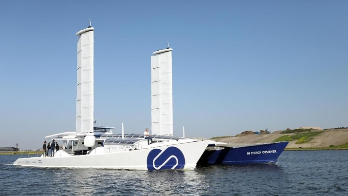 Energy Observer sebuah kapal bertenaga hidrogen menjalani uji perangkat baru berlayar di pelabuhan Amsterdam.