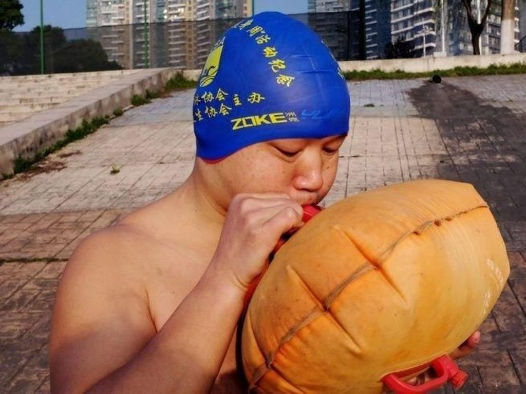 Hemat Waktu, Pria Ini Berenang Sebrangi Sungai ke Kantor Selama 11 Tahun