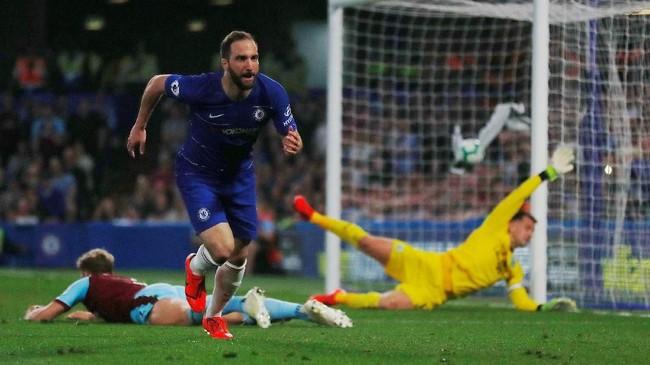 Tuan rumah sempat berbalik unggul melalui aksi Gonzalo Higuain memanfaatkan assist Cesar Azpilicueta hanya dua menit dari gol N'Golo Kante. (REUTERS/Eddie Keogh)